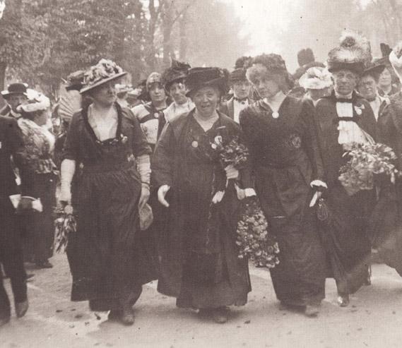De g. à dr. : Marguerite Durand, Caroline Kaufmann, Séverine